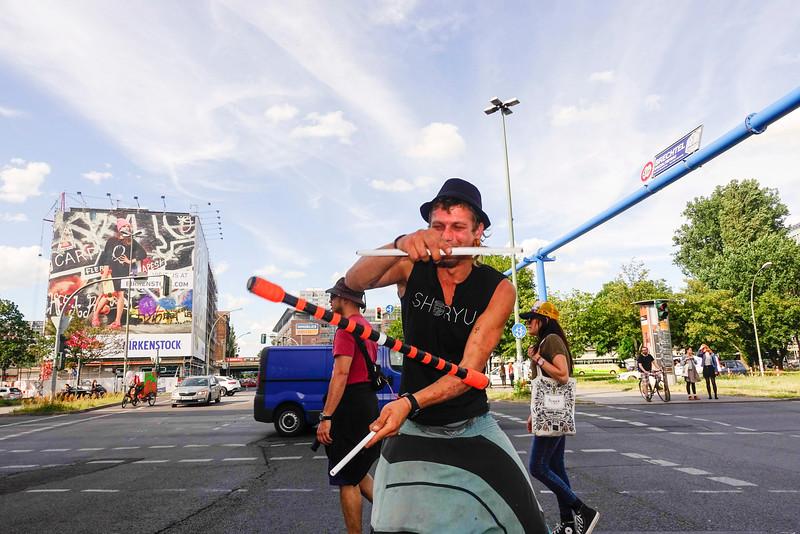 BRD, Berlin, 29 juni 2016,  Kamil uit Polen  jongleert op kruispunt in Berlijn, Kamil from Poland juggles on crossroads in Berlin, foto: Katrien Mulder