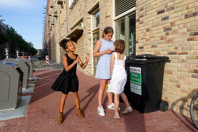 Nederland, Amsterdam, Amsterdam Oost, Indische buurt, 3 girls filming themselves with smartphone while dancing and singing  15 juli 2016, foto: Katrien Mulder