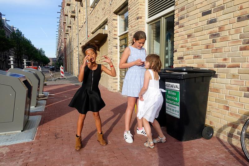 Nederland, Amsterdam, Amsterdam Oost, Indische buurt, 15 juli 2016, foto: Katrien MulderNederland, Amsterdam, Amsterdam Oost, Indische buurt, 3 girls filming themselves with smartphone while dancing and singing  15 juli 2016, foto: Katrien Mulder
