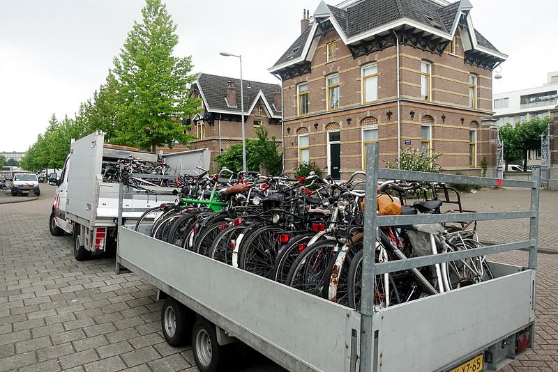 Nederland, Amsterdam, fietsen worden verwijderd door de gemeente;22 juli 2016, foto: Katrien Mulder