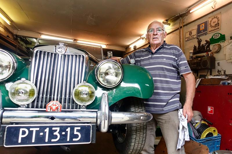 Nederland, Amsterdam, Amsterdam Oost, Pieter Vlamingstraat, 4 augustus 2016, de heer Punte bij zijn  Oldtimer MG-TF uit 1954. Hij is de derde eigenaar. De eerste was een KLM piloot, die verkocht hem aan actrice Lia Dorana (1918-2010) , De auto stond te verroesten ergens in Frankrijk bij een ex van haar. Punte kocht hem in 1997 en heeft hem opgeknapt. Door een wonder kreeg hij  dankzij een voorbij fietsende testementair executeur van Lia Dorana uiteindelijk ook nog het originele nummerbord. foto: Katrien Mulder