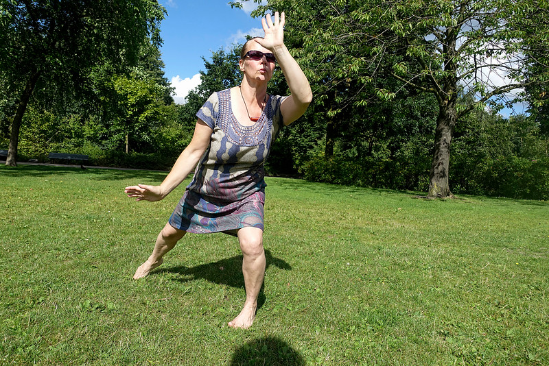Nederland, Amsterdam, Amsterdam Oost, Oosterpark, 5 augustus 2016, Maria uit Finland, oefent Jong-Dar, een soort Tibetaanse yoga, voordat ze vertrekt naar Finland.