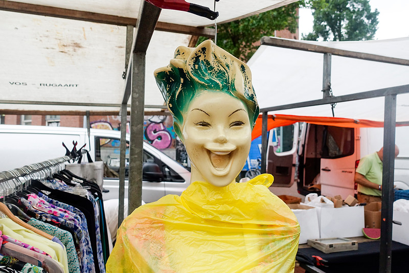 Nederland, Amsterdam, lachende modepop op de Dappermarkt, smiling fashion doll at the Dappermarkt12 augustus 2016, foto: Katrien Mulder