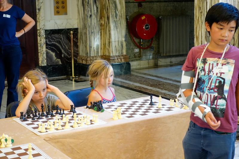 Nederland, Amsterdam, Tropenmuseum, jeugdschaak evenement tijdens NK Schaken, met simultaan schaken met Hans Bohm en jeugdige schakers Khoi Pham en Job Emans, Youth chess event at NK chess, with simultaneous chess with Hans Bohm and young chess players Khoi Pham and Job Emans, 23 augustus 2016, foto: Katrien Mulder