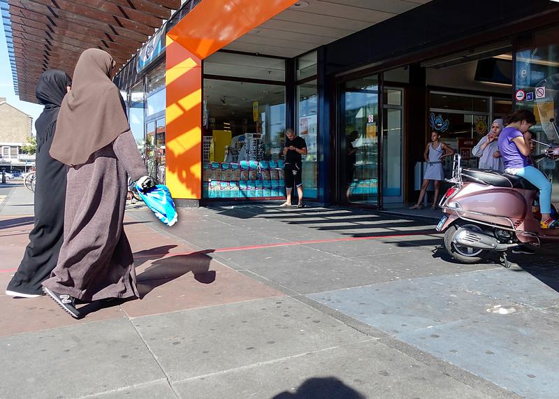 Nederland, Amsterdam, 24 augustus 2016, Winkelen in Amsterdam Nieuw West, winkelcentrum Tanger, plein 40-45, foto: Katrien Mulder