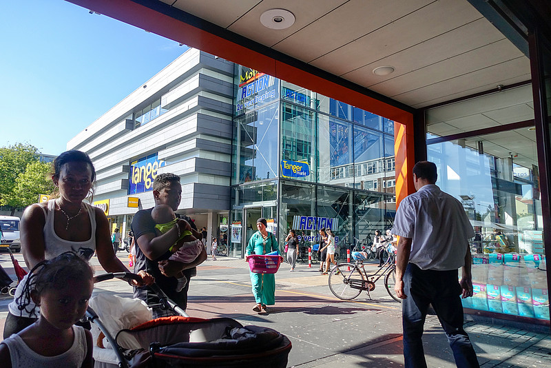 Nederland, Amsterdam, Plein 40-45, Amsterdam Nieuw West, winkelend publiek, 24 augustus 2016, foto: Katrien Mulder