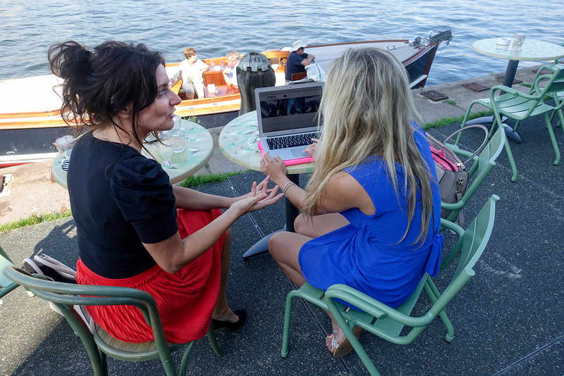 Nederland, Amsterdam, 26 augustus 2016, Yessica de Brouwer en Amy Ojers van TST Dance Productions, werken vanwege het mooie weer buiten op een terras. foto: Katrien Mulder/Hollandse Hoogte