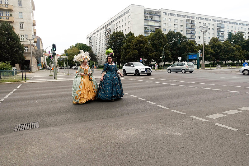 Germany, Berlin, Karl Marx Allee, twee gecostumeerde vrouwen, two women from the 18th century, 28 augustus 2016, foto: Katrien Mulder