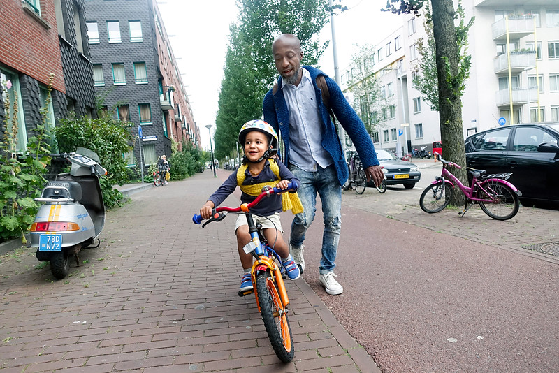 Nederland, Amsterdam, 6 september 2016, Naem leert fietsen van zijn vader, Naem is learning cycling by his father foto: Katrien Mulder'Hollandse Hoogte
