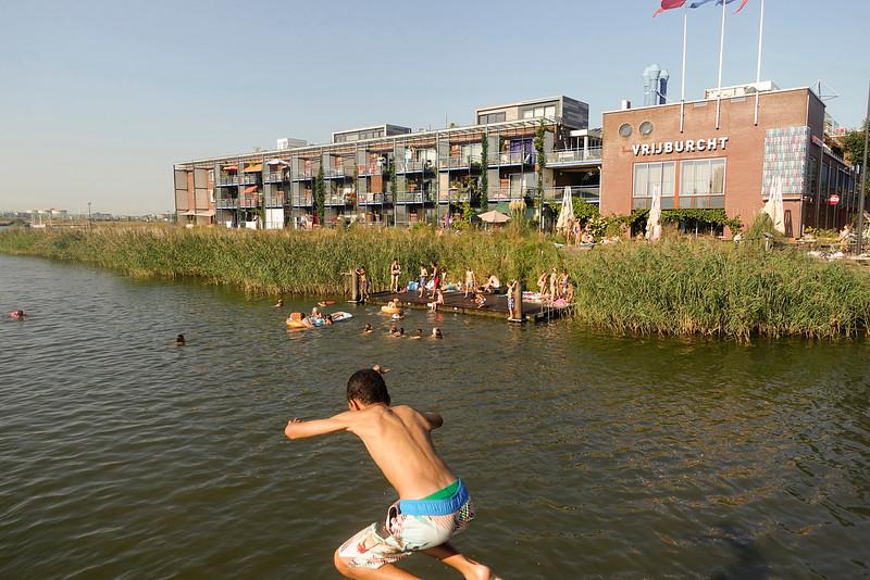 Nederland, Amsterdam, IJburg, zwemmen bij de Vrijburcht een woon/werk gebouw van archtect Hein de Haan 13 september 2016, foto: Katrien Mulder