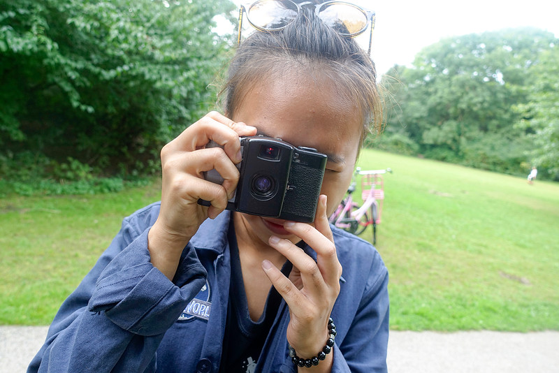 Nederland, Amsterdam, Amsterdam Oost, Flevopark, 17 september 2016, Sarah uit Singapore fotografeert met een analoge camera, Sarah from Singapore photographs with an analog camera, foto: Katrien Mulder