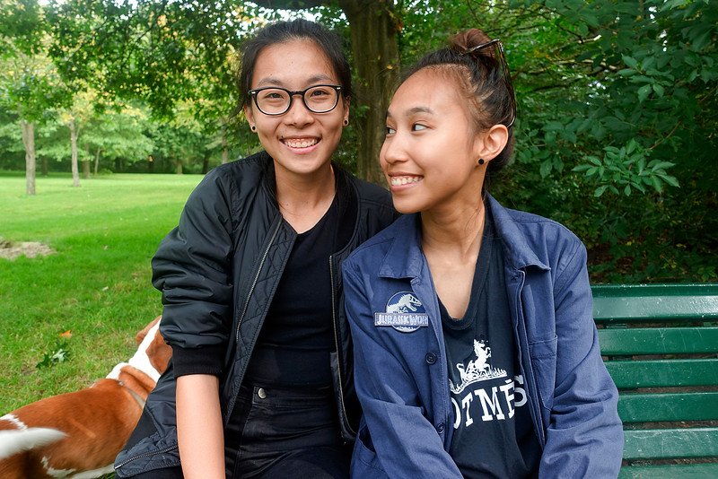 Singapore, en studeren  tijdelijk in Amsterdam, Grace biologie, en Sarah sociologie,  Grace (left) and Sarah (right)  They come from Singapore, and study  temporarily in Amsterdam, Grace biology, sociology, and Sarah foto: Katrien Mulder
