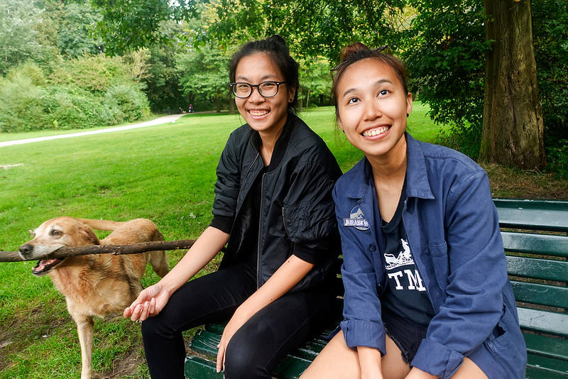 Singapore, en studeren  tijdelijk in Amsterdam, Grace biologie, en Sarah sociologie,  Grace (left) and Sarah (right) playing with dog S. They come from Singapore, and study  temporarily in Amsterdam, Grace biology, sociology, and Sarah foto: Katrien Mulder