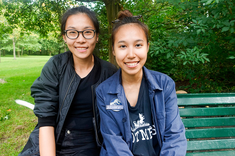 Nederland, Amsterdam, flevopark, 17 september 2016, Grace and Sarah komen uit Singapore, en studeren  tijdelijk in Amsterdam, Grace biologie, en Sarah sociologie,  Grace (left) and Sarah (right)  . They come from Singapore, and study  temporarily in Amsterdam, Grace biology, sociology, and Sarah foto: Katrien Mulder