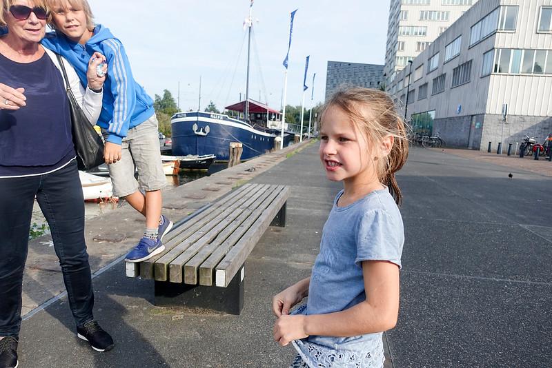 Nederland, Amsterdam, Veemkade, 21 september 2016, Indy en Valentino zijn vanmiddag met hun oma naar de voorstelling 'de Dag-en Nachtegaal 'met Kees van Kooten geweest, foto: Katrien Mulder