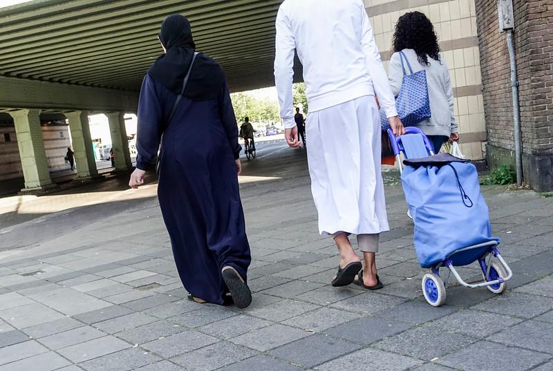 Nederland, Amsterdam, Amsterdam Oost, 23 september 2016, salafistisch paar met boodschappenkar, foto: Katrien Mulder