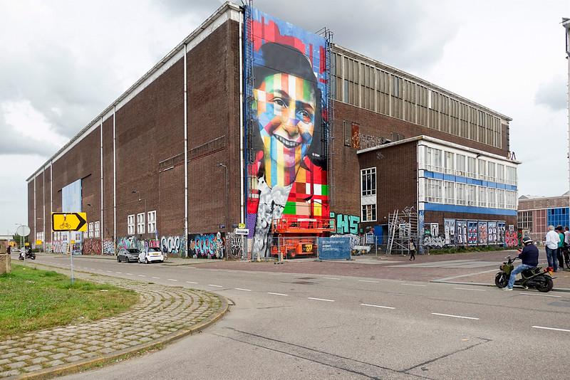 Nederland, Amsterdam, Amsterdam Noord, NDSM Terrein, wereldberoende Braziliaanse streetartist Eduardo Kobra realiseert deze week een monumentaal portret van Anne Frank op de noordelijke buitenmuur van de loods op de hoek van de MS van Riemsdijkweg,  en de Tt Neveritaweg,  famous Brazilian street artist Eduardo Kobra   realizes this week a monumental portrait of Anne Frank,  26 september 2016, foto: Katrien Mulder