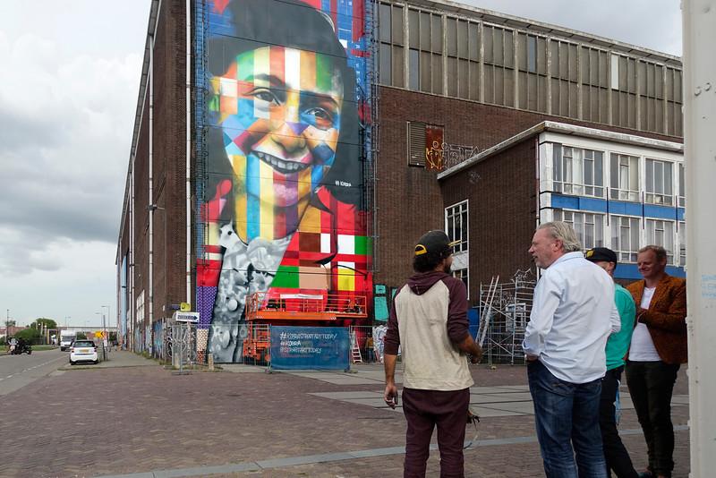 Nederland, Amsterdam, Amsterdam Noord, NDSM Terrein, wereldberoende Braziliaanse streetartist Eduardo Kobra (l) realiseert deze week een monumentaal portret van Anne Frank op de noordelijke buitenmuur van de loods op de hoek van de MS van Riemsdijkweg,  en de Tt Neveritaweg  famous Brazilian street artist Eduardo Kobra (l) realizes this week a monumental portrait of Anne Frank,  26 september 2016, foto: Katrien Mulder