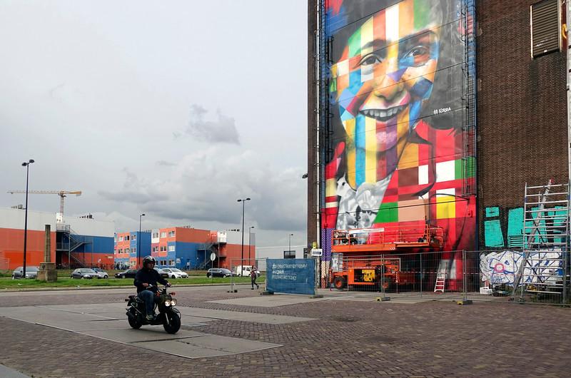 Nederland, Amsterdam, Amsterdam Noord, NDSM Terrein, wereldberoende Braziliaanse streetartist Eduardo Kobra realiseert deze week een monumentaal portret van Anne Frank op de noordelijke buitenmuur van de loods op de hoek van de MS van Riemsdijkweg,  en de Tt Neveritaweg, famous Brazilian street artist Eduardo Kobra (l) realizes this week a monumental portrait of Anne Frank 26 september 2016, foto: Katrien Mulder