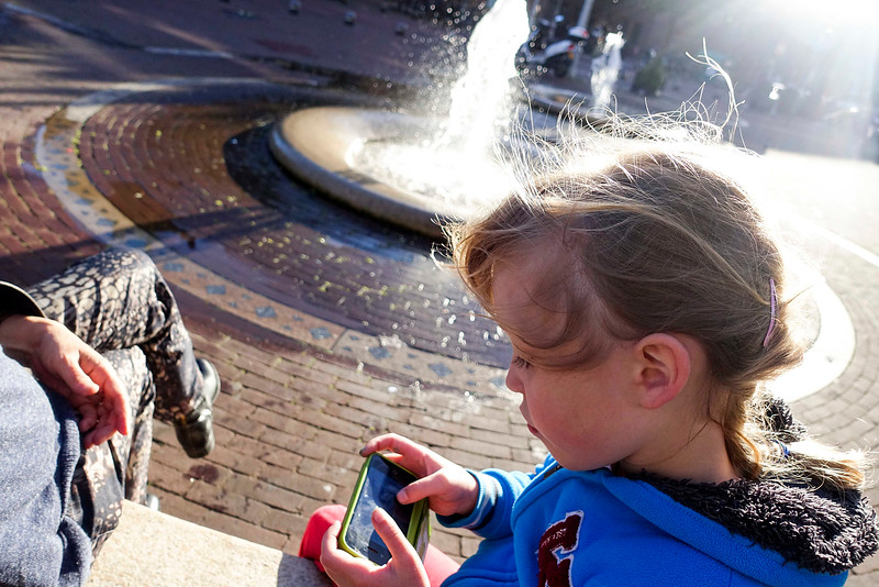 Nederland, Amsterdam, 30 september 2016, Amsterdam Oost, Janne met haar eerste smartphone, Janne with her first smartphoneJavaplein, foto: Katrien Mulder