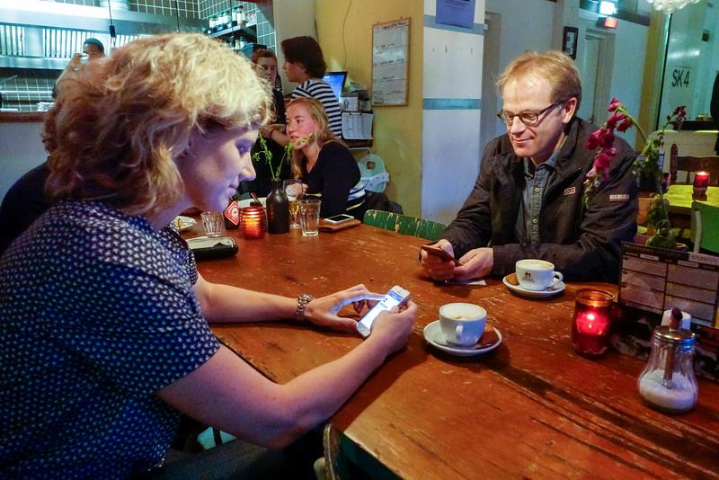 Nederland, Amsterdam, 2 oktober 2016, Timorplein, verslaafd aan de smartphone;, foto: Katrien Mulder