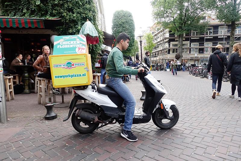 Nederland, Amsterdam, Gerard Douplein, pizzakoerier, 8 oktober 2016, foto: Katrien Mulder