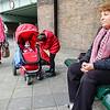 Nederland, Amsterdam, Amsterdam Oost, 9 oktober 2016, De Bulgaarse Bohzirka op stap met haar kleindochter Stacey , die er op stond de buggy meet te nemen voor haar pop, foto: Katrien Mulder