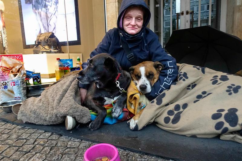 Duitsland, Berlijn, omgeving Zoologische Garten, 11 oktober 2016, dakloze vrouw en haar twee honden, foto: Katrien Mulder