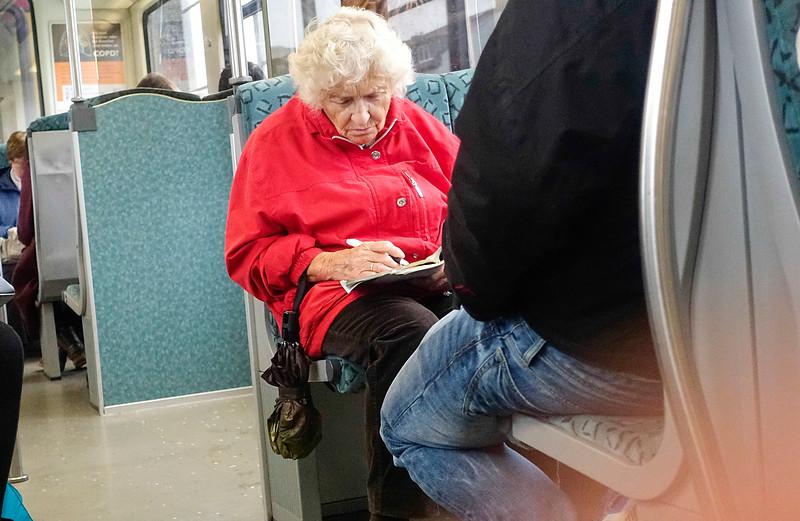 Duitsland, Berlijn, 11 oktober 2016, oudere mevrouw aan het puzzelen in de s-Bahn, foto: Katrien Mulder