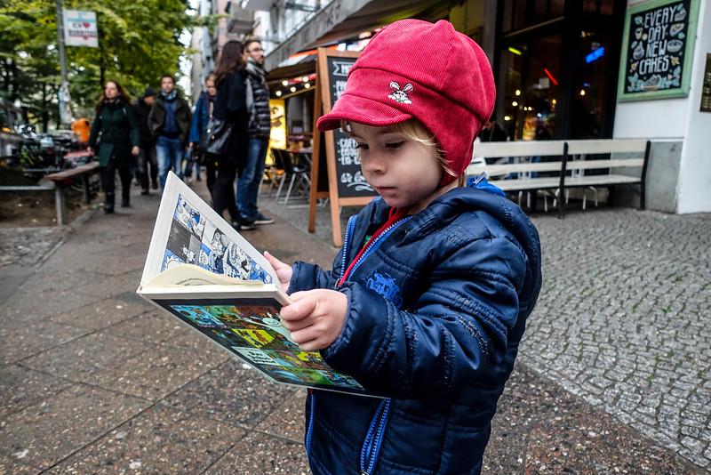 Duitsland, Berlijn, 15 oktober 2016, klein meisje loopt in Friedrichsheim, verdiept in het boek 'der Schul Gespenst',  foto: Katrien Mulder