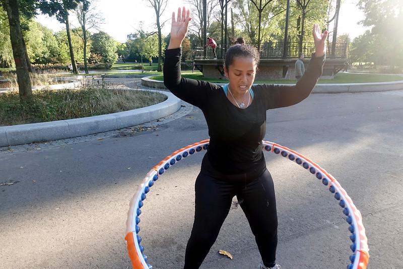 Nederland, Amsterdam, Amsterdam Oost, Oosterpark, Maghnia is met hoelahoepelen de laatste vijf weken   twaalf kilo afgevallen; Maghnia lost juggling hula hoop 12 kilos, 19 oktober 2016, foto: Katrien Mulder