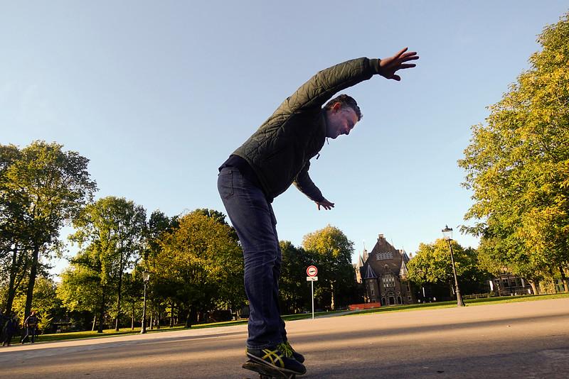 Nederland, Amsterdam, Amsterdam Oost, 19 oktober 2016, volwassen man probeert te skateboarden, foto: Katrien Mulder