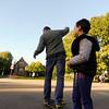 Nederland, Amsterdam, Amsterdam Oost, vader probeert te skateboarden onder leiding van zijn zoon, 19 oktober 2016, foto: Katrien Mulder