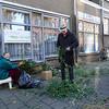 Nederland, Amsterdam, Amsterdam Oost, Dapperbuurt. 22 oktober 2016, werken in de geveltuin; foto: Katrien mulder