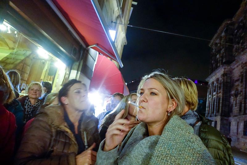 Nederland, Amsterdam,  25 oktober 2016, rokende vrouw op de Dam, foto: Katrien mulder