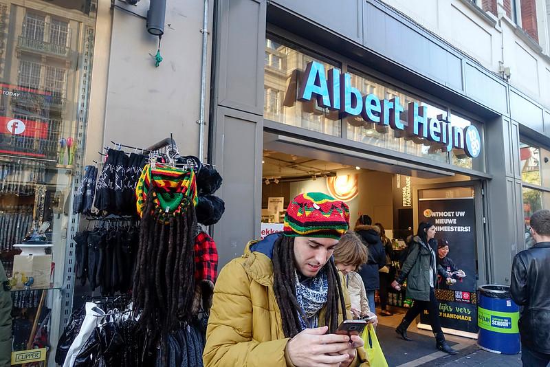 Nederland, Amsterdam,spaanse toerist maakt selfie  met reggaemuts met dreadlocks op z'n hoofd;31 oktober 2016, foto: Katrien Mulder