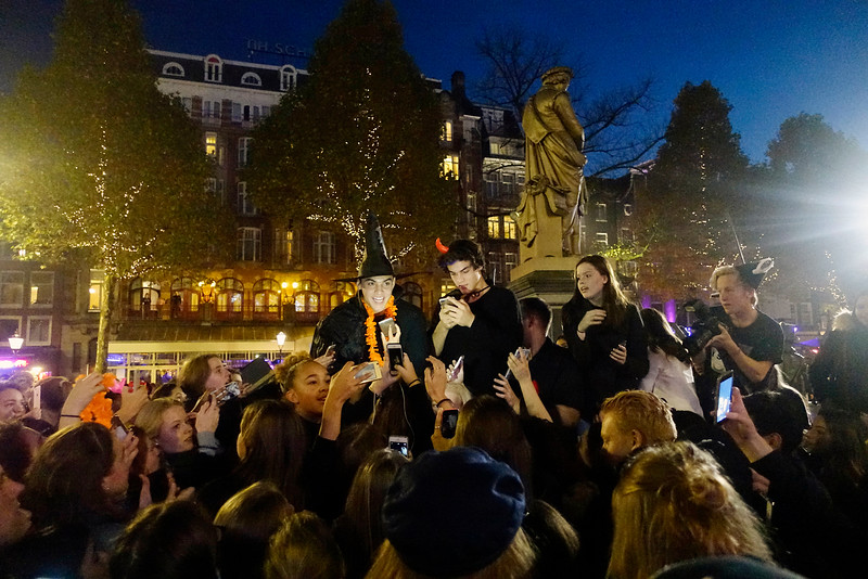 Nederland, Amsterdam, 31 oktober 2016, De Dolantwins op het Rembrandtplein, Ethan and Grayson Dolan amerikaanse tweelingbroers van zestien jaar, hun Youtube kanaal waarop ze wekelijks een filmpje van hun dagelijkse leven zetten wordt  door 5,6 miljoen fans gevolgd, vooral meiden. Ze zijn nu bezig met een wereldtournee.  foto: Katrien Mulder