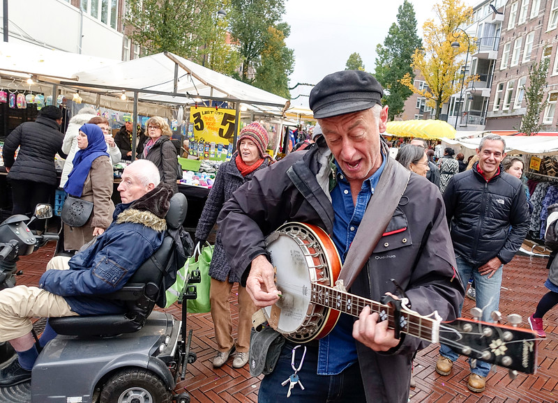 Nederland, Amsterdam, Dappermarltt, de band van buren van de Batjanstraat  gaan optreden tijdens Sint Maarten, en oefenen vandaag  op de Dappermarkt, 5 november 2016, foto: Katrien Mulder