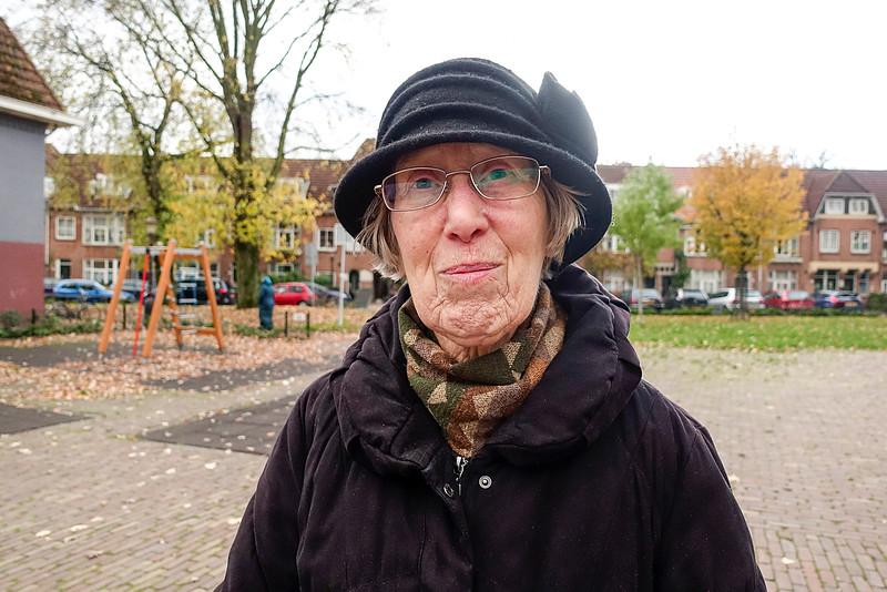 Nederland, Amsterdam, Amsterdam Noord, oude, slechtziende maar  opgewekte dame, op het Zwanenplein, Vogelbyyrt, het mmoiste plein van Amsterdam Noord, 7 november 2016, foto: Katrien Mulder