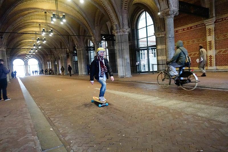 Nederland, Amsterdam, fietsgang onder het rijksmuseum, 9 november 2016,  skater met camera op zijn helm. Foto: Katrien Mulder