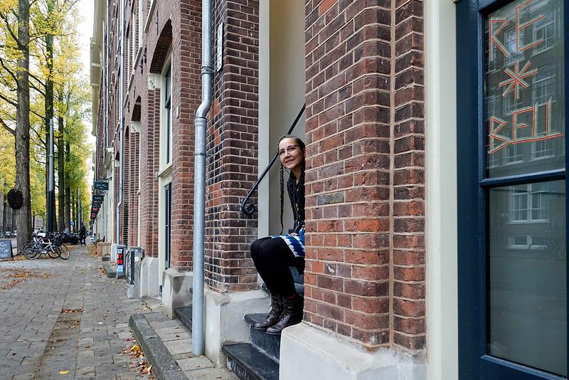 Nederland, Amsterdam, Czaar Peterstraat, 9 november 2016, Blazinbell op de stoep van haar binnenkort te openen atelier annex winkel.. Ze ontwerpt kleding en is gespecialiseerd in patchwork. Het zat al enigsinds in haar bloed. Haar (groot)ouders hadden een  zaak in bedrijfskleding. Foto: Katrien Mulder