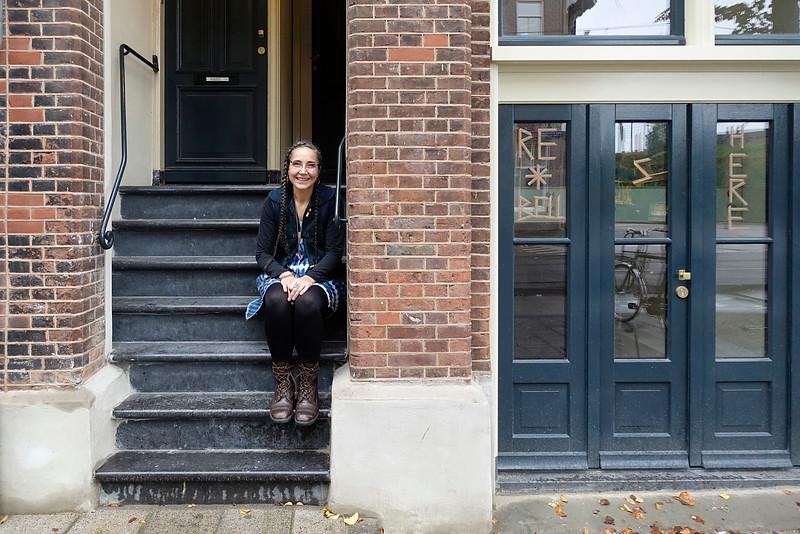 Nederland, Amsterdam, Czaar Peterstraat, 9 november 2016, Blazinbell op de stoep van haar binnenkort te openen atelier annex winkel. Ze ontwerpt kleding en is gespecialiseerd in patchwork. Het zat al enigsinds in haar bloed. Haar (groot)ouders hadden een  zaak in bedrijfskleding. Foto: Katrien Mulder