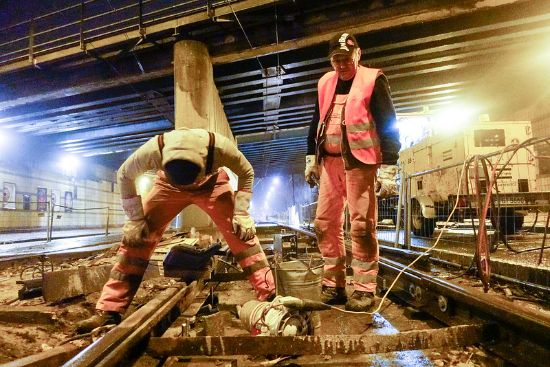 Nederland, Amsterdam, Amsterdam oost, Zeeburgerdijk,15 november 2016, Duitse lassers werken aan de tramrails in Amsterdam. German welders working on the tram track in Amsterdam. foto: Katrien Mulder