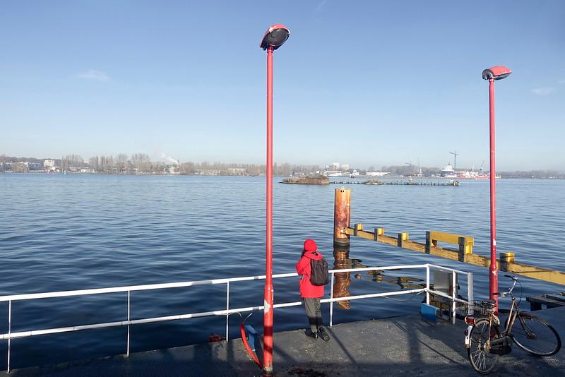 Nederland, Amsterdam, Oostveer, wachten op pontje van het Oostelijk Havengebied naar Amsterdam Boord, 26 november 2016, foto: Katrien Mulder