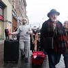 Nederland, Amsterdam, Damrak, toeriste met gezichtsbedekkende hoofddoek wekt enige verwondering 30 november 2016, foto: Katrien Mulder