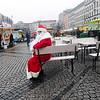Duitsland, Berlijn, Neukoln, Niklaustag, het Duitse Sinterklaas (6 december) stelt niet zo heel veel voor. Deze Santa Niklaus is meestal kerstman, maar vandaag dus Sinterklaas, hoewel hij er net zo uitziet als de kerstman. hij geeft af en toe een snoepje aan een kind, dat doet hij in opdracht van winkelketen Karlstad, Schwarzer Peter heb je niet in Berlijn. Sinterklaas zwaait daarom zelf een beetje vaag met de roe. Een Turkse man is diep teleurgesteld dat hij geen snoepje krijgt voor een kindje dat hij thuis heeft. Maar daar begint Niklaus niet aan, 6 december 2016, foto: Katrien Mulder