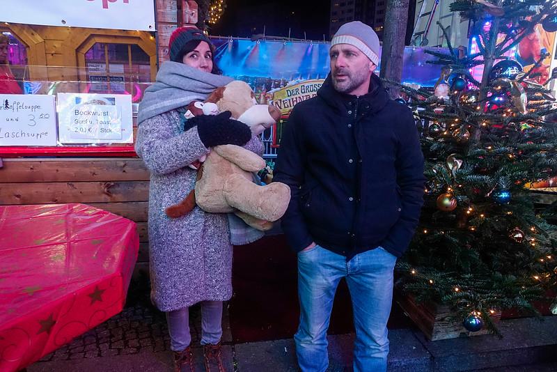 Duitsland, Berlijn, vrouw heeft een speelgoedbeest gewonnen op de kermis op Alexanderplatz, , 7 december 2016, foto: Katrien Mulder