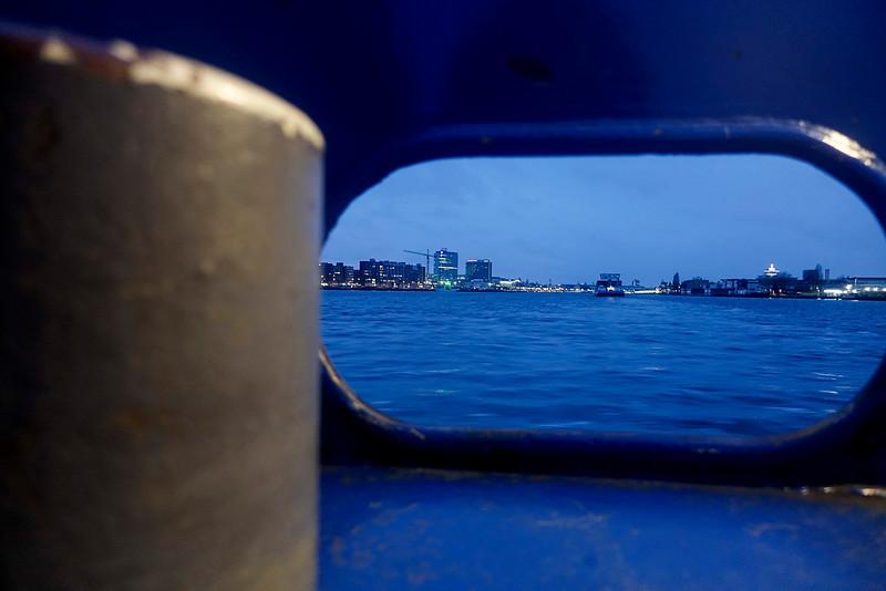 Nederland, Amsterdam, vanaf de pont tussen  het Oostelijk Havengebied en Amsterdam Noord, Uitzicht op het Javaeiland (links) en Amsterdam Noord (rechts)11 december 2016, foto: Katrien Mulder