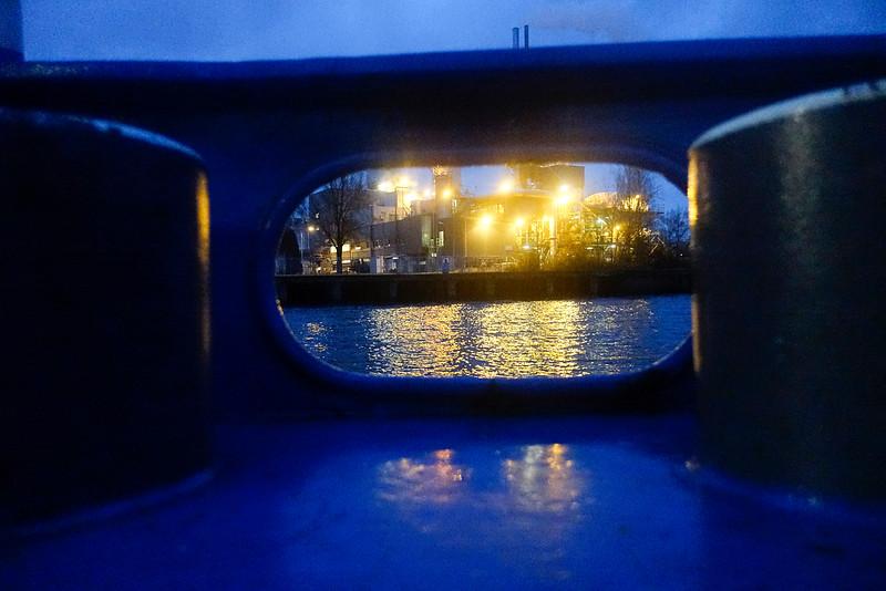 Nederland, Amsterdam, vanaf de pont tussen  het Oostelijk Havengebied en Amsterdam Noord, uitzicht op Albemarle, producent van Katalysatoren voor de olie industrie, voorheen Ketjen en Akzo Nobel,  producent van zoutzuur, in de volksmaond 'De wolkenfabriek' 11 december 2016, foto: Katrien Mulder