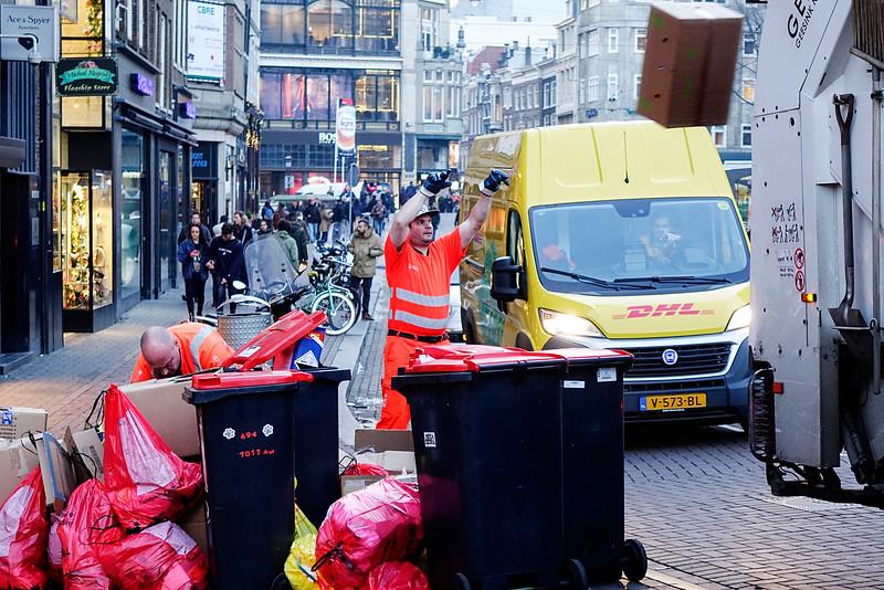 Nederland, Amsterdam, Leidsestraat, vuilnismannen;14 december 2016, foto: Katrien Mulder